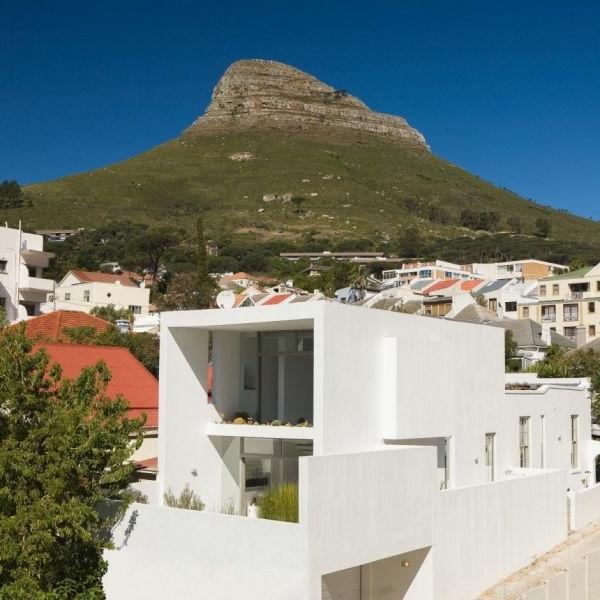Blick aufs Gebirge und kreatives Design für Haus mit weißer Fassade