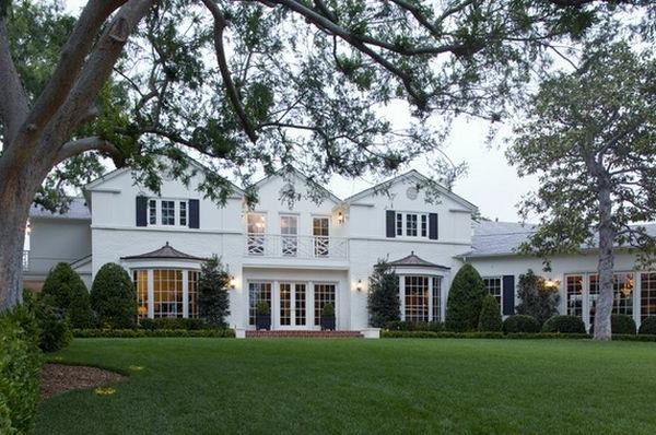 Schöne Landschaft und gute Außenarchitektur für ein riesiges Haus