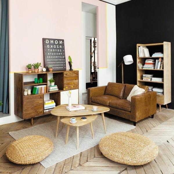 Schön gestaltetes Wohnzimmer mit einem Nest Tisch aus Holz