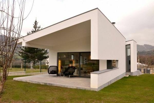 Weiße Fassade und Sessel mit Blick auf die Landschaft für ein auffallendes Haus Design