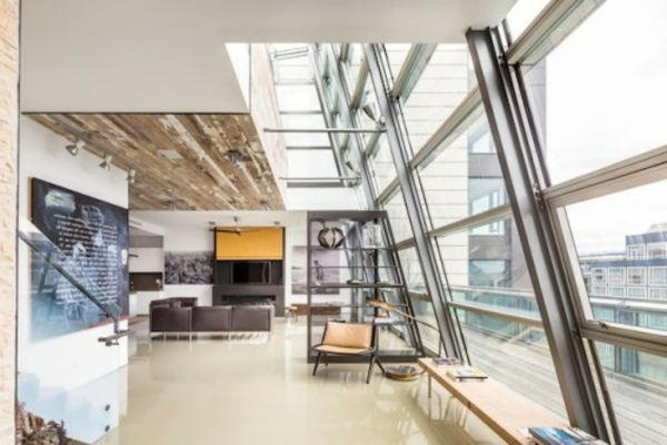 Erstauendes Fenster Design und extravagante Innenarchitektur im Wohnzimmer des Penthauses