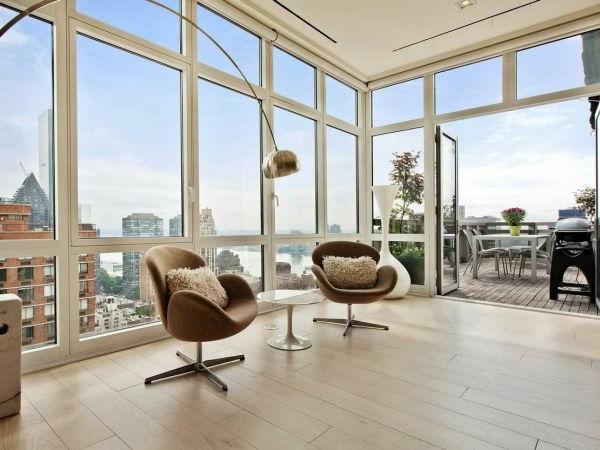 Zwei Sesseln und Deko Kissen für ein helles und breites Wohnzimmer