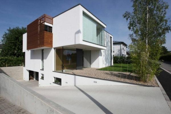 Klasse Haus im Weiß mit origineller Außenarchitektur und umfänglichem Hofraum
