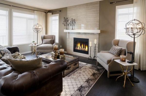 Feurstelle und weiße Sesseln im Wohnzimmer