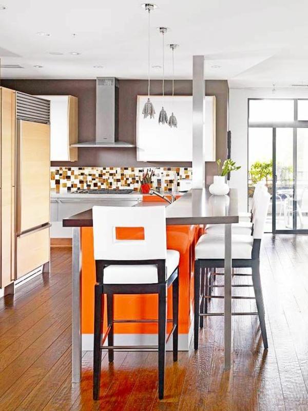 elegante Kochinsel und große Fenster in einer klassisch aussehender Küche