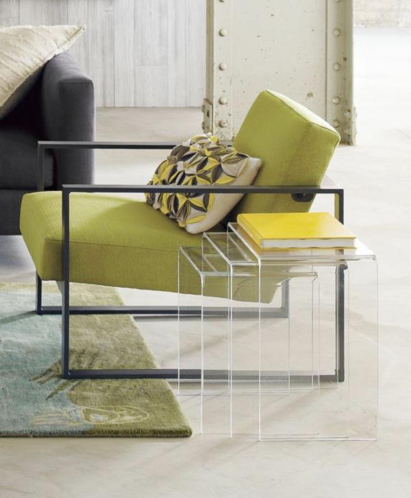 Drei Bestandteile für einen originellen gläsernen Nast Tisch- grüner Sessel daneben