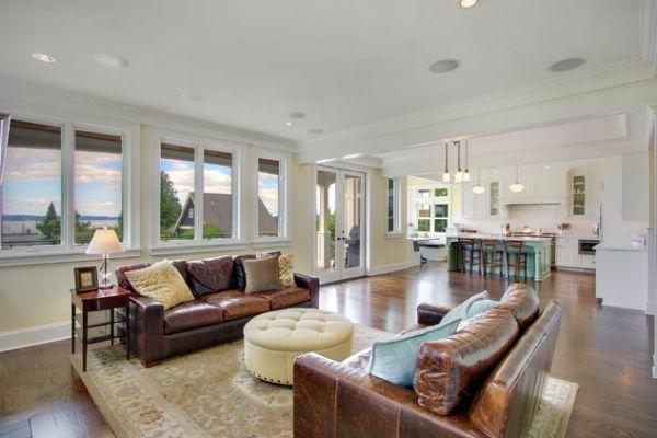wohnzimmer couch leder:Weitläufiges Wohnzimmer- zwei leder Sofas und große Fenster mit
