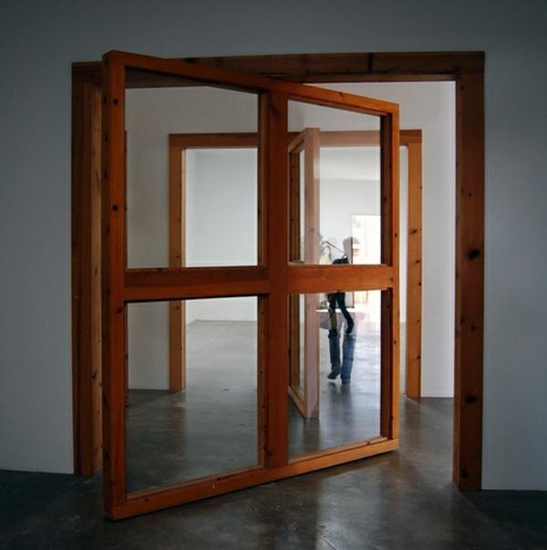 Hölzerner Rahmen für eine Drehtür aus Glass