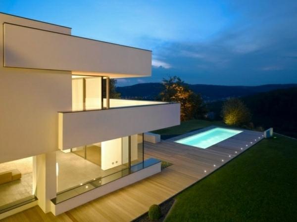 Seitenlange Terrassen und Wände aus Glass im modernen Haus mit weißer Fassade