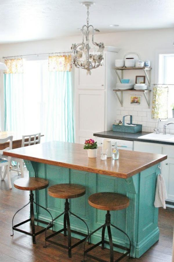 Gemütliche Küche mit origineller Kochinsel und Barstühlen