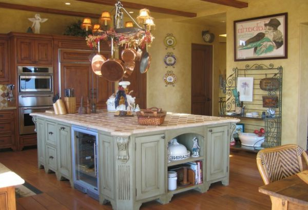 Dekorierende Pfannen und interessante Kochinsel in der Küche
