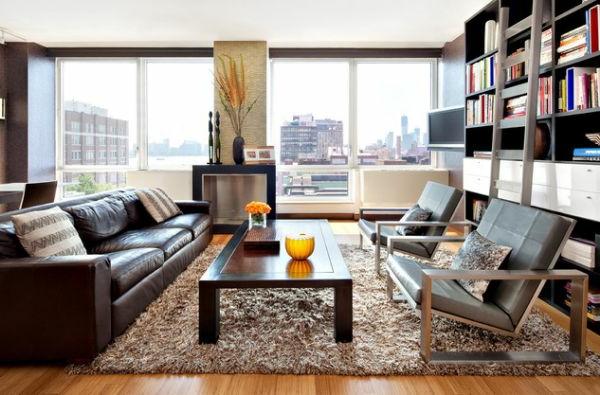 Oranger Farbton und braunes leder Sofa im Wohnzimmer