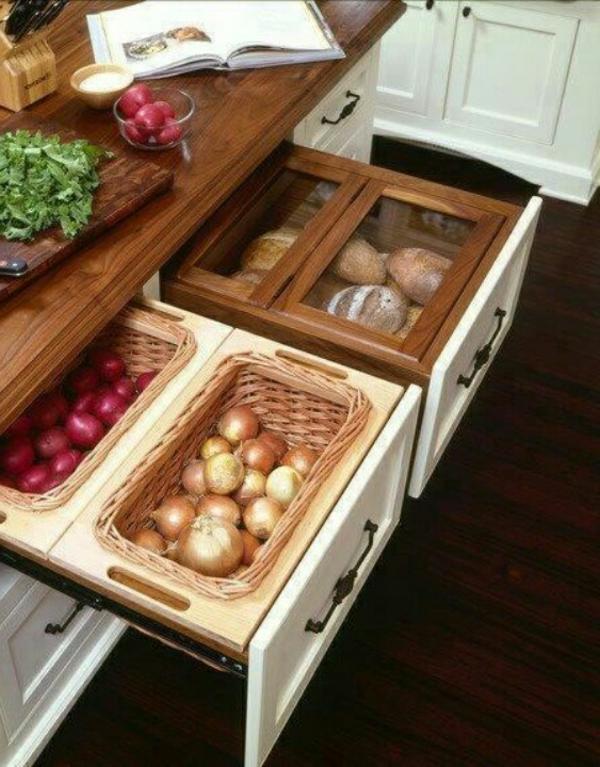 Hölzerne Kochinsel mit eingebauten Schubladen