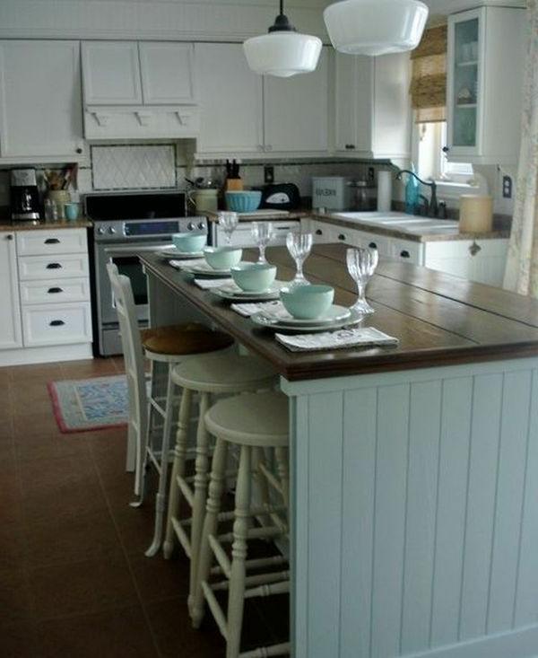 Weiße Kronleuchter und Kochinsel aus Holz für ein schlichtes und schönes Küchendesign