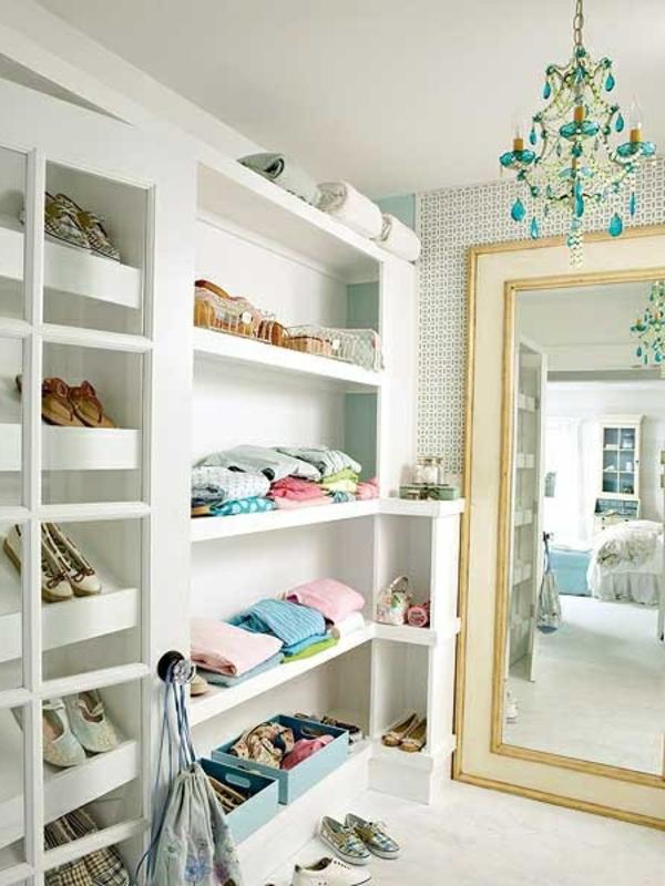 Großer Spiegel und schöner Kronleuchter im Kleiderschrank