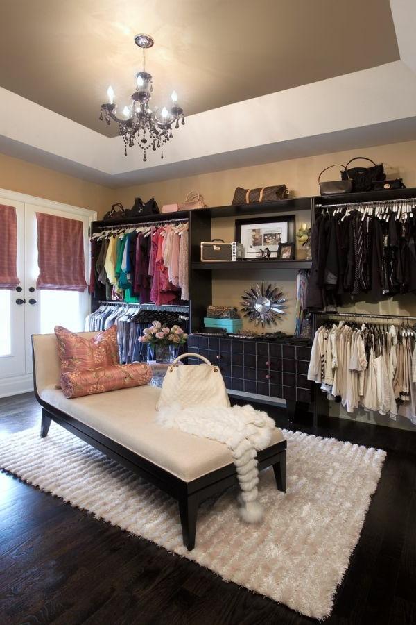 Kleiderschrank mit eigenartigem Interior
