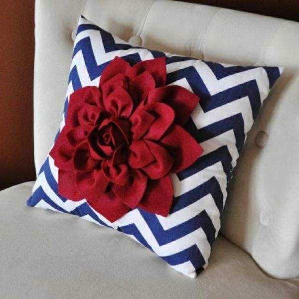 Rote Blume als Deko Element für originelles Kissen Modell