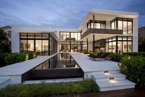 Riesiges Haus mit modernem Hofraum und gläserne Wänden