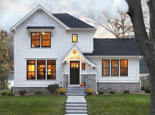 Warme Bleuchtung und grüner Hofraum für ein schönes Haus im Weiß