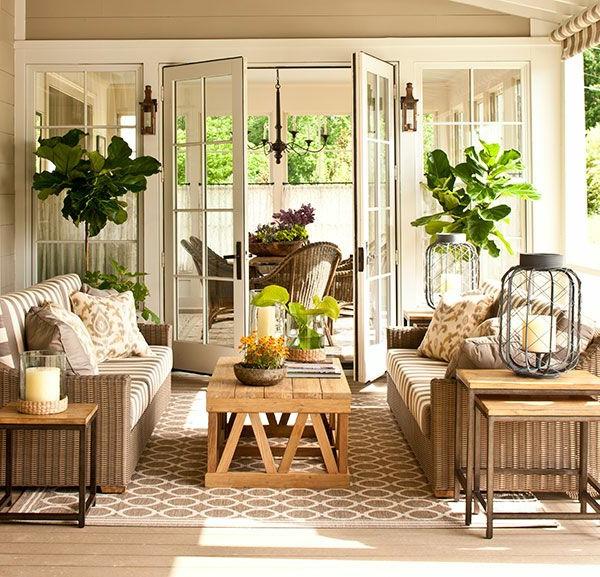 Viele Pflanzen im hellen une freundlichen Wohnzimmer- gläserne Wand
