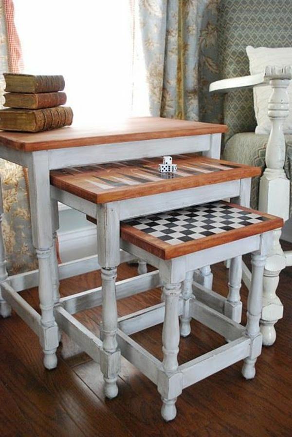 Nest Tisch mit kreativ bemalten Oberflächen