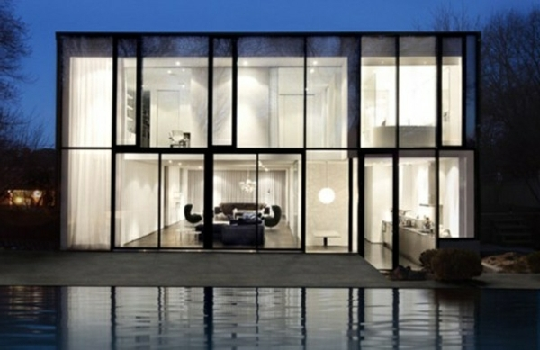 Weißes Haus- gläserne Wände und klasse Pool