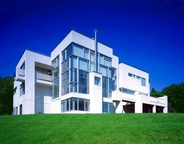 Großes Haus im Weiß mit Wänden aus Glass