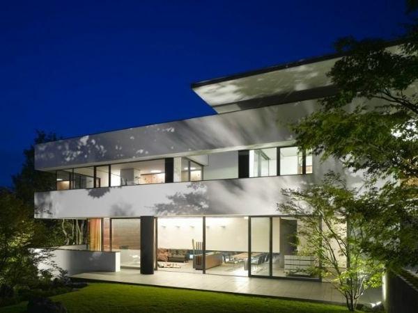 Weißes Haus Modell mit flachem Dach und gläserne Wände