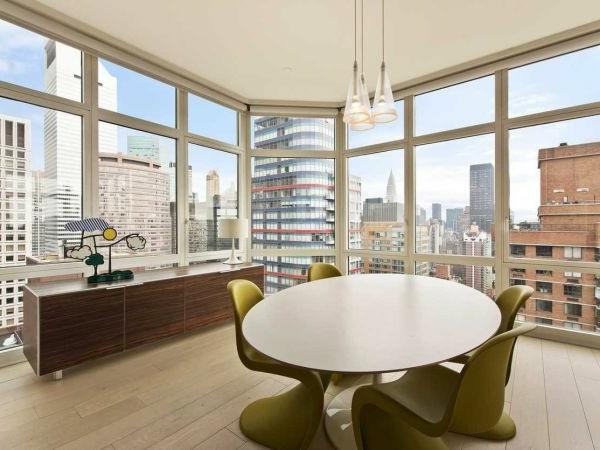 Eleganter Tisch und feiner Kronleuchter für ein kreatives Modell von Esszimmer