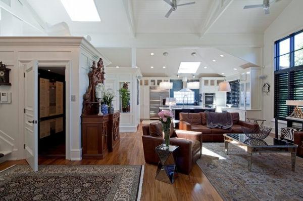 Braune leder Sofas und schöne Teppiche im großen Wohnzimmer