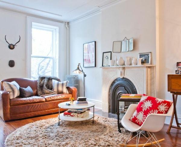 wohnzimmer couch leder:Wohnzimmer mit großen Fenster und zwei leder Sofas im dunklen Farbton