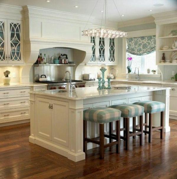 Kochinsel mit eingebauter Spüle und drei Barstühle für eine weiße Küche