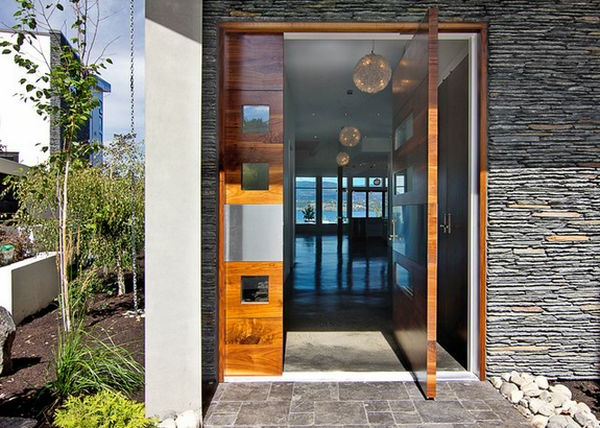 Auffallende Drehtüren aus Holz für eine moderne Haus Architektur