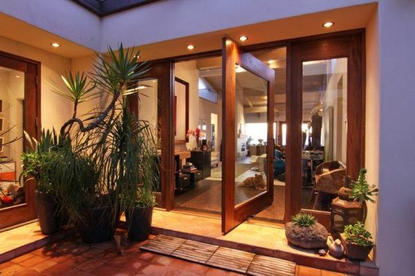Innovatives Drehtür Modell und Deko Pflanzen für ein luxus Haus Design