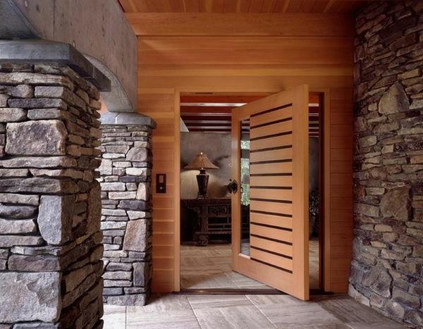Kombination zwischen hölzernen Drehtüren mit interessanten Linien und Wänden aus Stein
