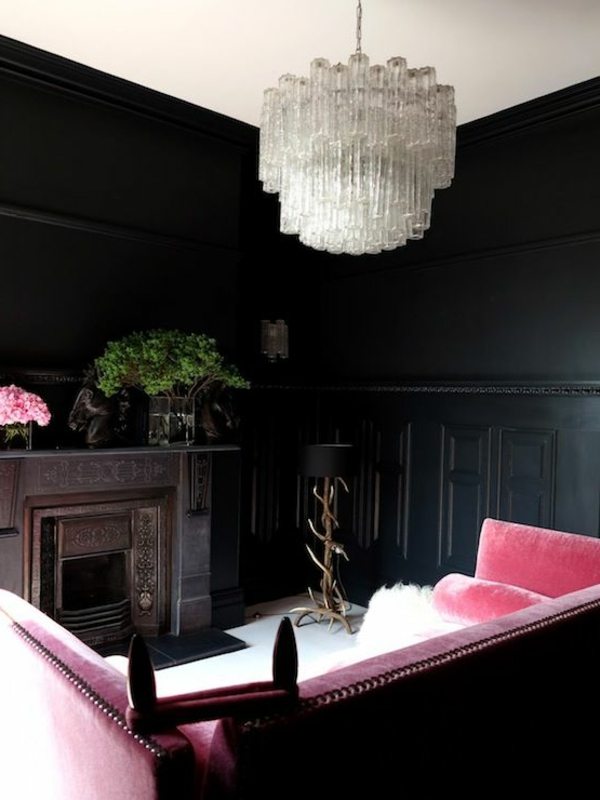 Kronleuchter aus Glas in Kombination mit rosigem Sofa- ein richtig schönes Wohnzimmer