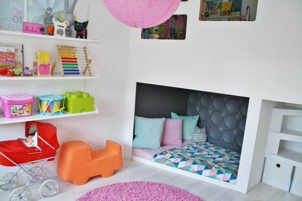 Interessantes Bett Modell für Kinderzimmer- Regalsystem und rosiger Kronleuchter