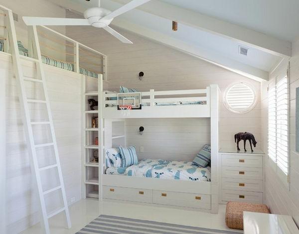 Drei Betten in drei Etagen für ein originelles Modell vom Kinderzimmer