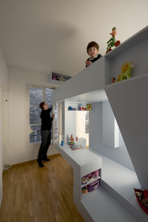 Weißes Hochbett im Kinderzimmer- schlicht und elegant
