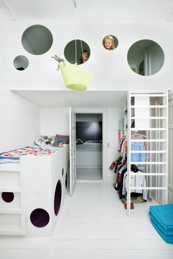 Weiße Farbtönung und Spielraum im zweiten Stock für Kinderzimmer