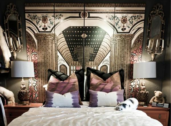 Bett mit kreativen Maleschablonen im Schlafzimmer mit extravagantem Aussehen