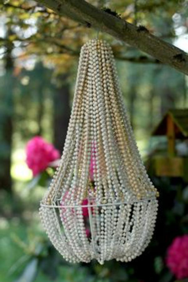 DIY lampe aus perlenketten - vom baumzweig hängend