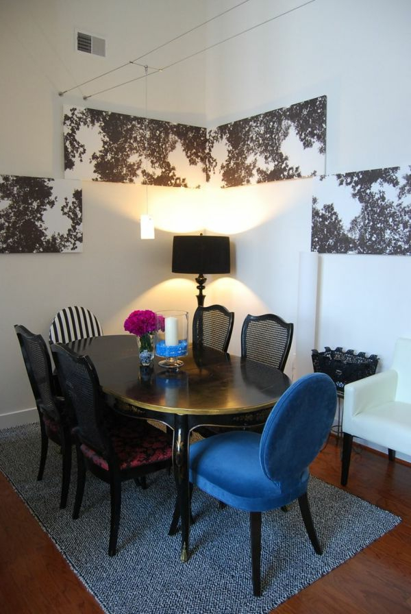 Verschiedene Stühle im Esszimmer-auffälliges Design