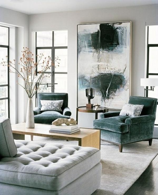 Hohe Decke und dunkle Sessel im luxus Wohnzimmer
