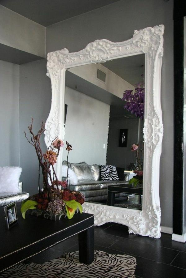 Elegantes Wohnzimmer mir grauen Wänden und geschmackvollem Spiegel