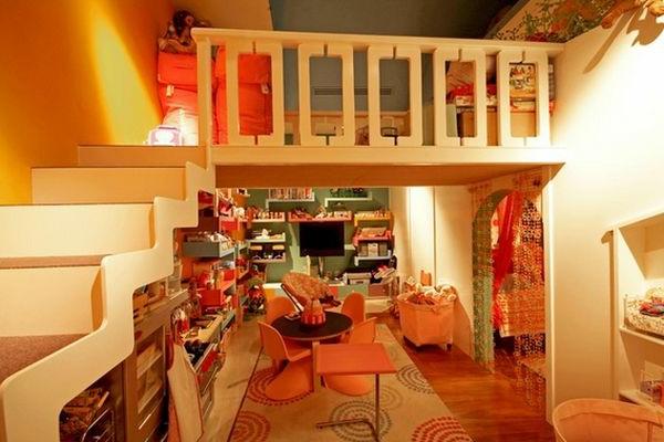 Zweite Etage im Kinderzimmer, worauf Kinder spielen können