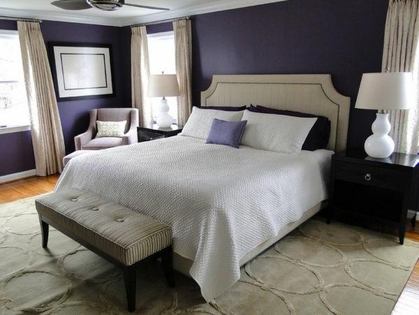 Wandgestaltung in dunklen Farben und weiße Gardinen für ein modernes Schlafzimmer
