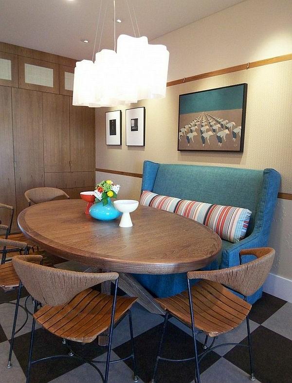 Stühle und buntes Sofa im gemütlichen Esszimmer