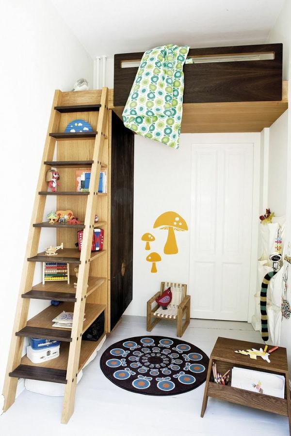 Hochbett mit interessanter Ausstattung- Regalsystem, das die Funktion einer Treppe hat