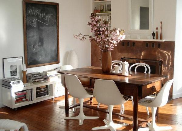 Hölzerne Möbel und schöne Dekoration im Esszimmer